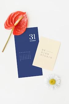 Maqueta de tarjetas azul y beige con flores.
