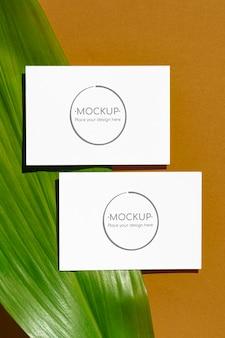 Maqueta de tarjetas de hojas verdes y amarillas