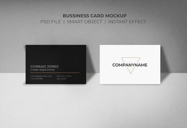Maqueta de tarjetas de negocios con soporte de pared