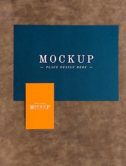 Maqueta de tarjetas y pestañas en piel marrón.