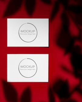 Maqueta de tarjetas rojas con sombra