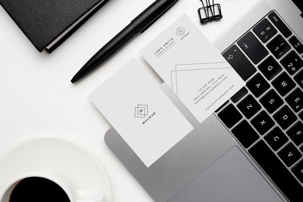 Maqueta de tarjetas de visita con elementos en blanco y negro sobre fondo blanco