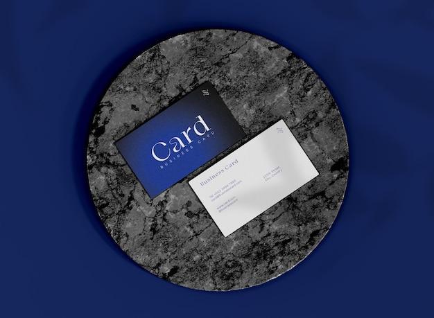 Maqueta de tarjetas de visita frontal y posterior 3d en superficie de mármol