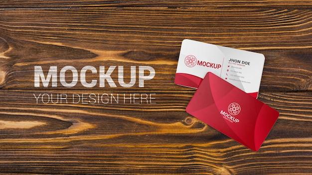 Maqueta de tarjetas de visita sobre fondo de madera