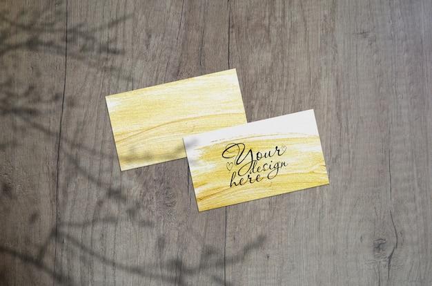 Maqueta de tarjetas de visita con sombras de plantas