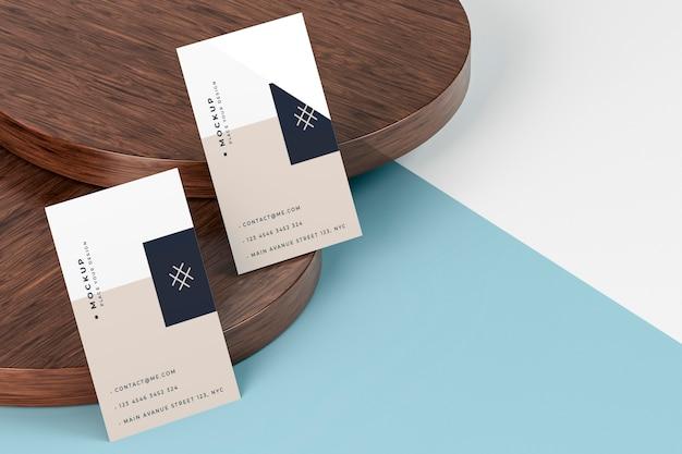 Maqueta de tarjetas de visita y tablas de madera.