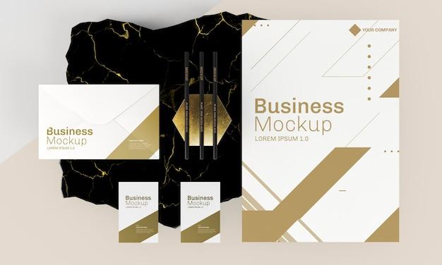 Maqueta de tarjetas de visita en tonos dorados y blancos.