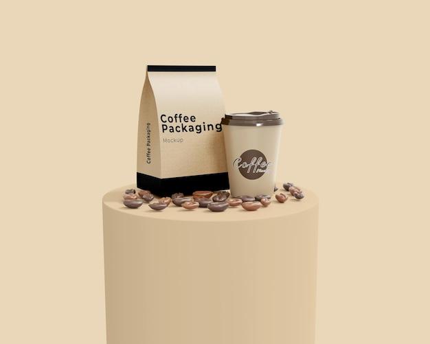Maqueta de taza y bolsa de café de papel simple con un podio