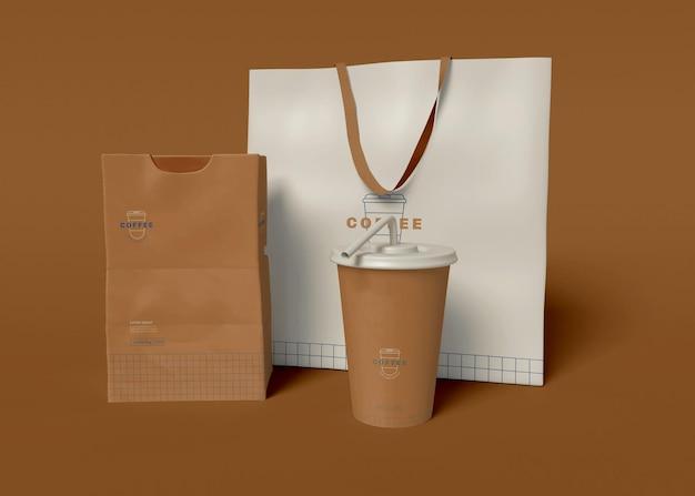 Maqueta de taza de café, bolsa y paquete de papel para llevar