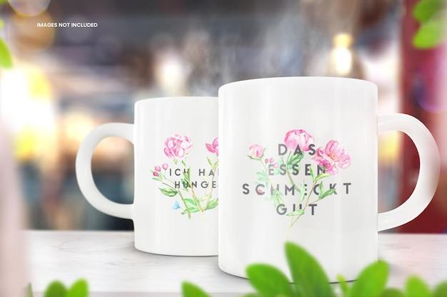 Maqueta de la taza de café de dos tazas en la mesa de madera