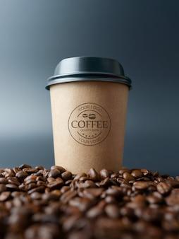 Maqueta de taza de café de papel en granos de café