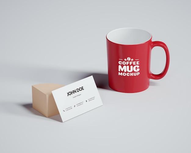 Maqueta de taza de café con tarjeta de visita