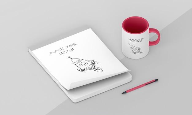 Maqueta de taza personalizada con bloc de notas