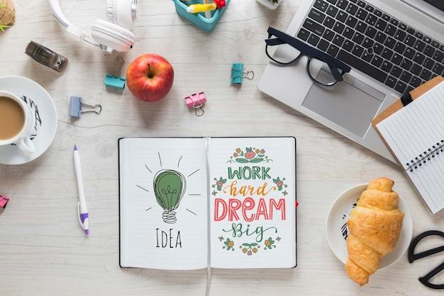 Maqueta de teclado y cuaderno de desayuno