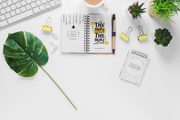 Maqueta de teclado y cuaderno de plantas de oficina