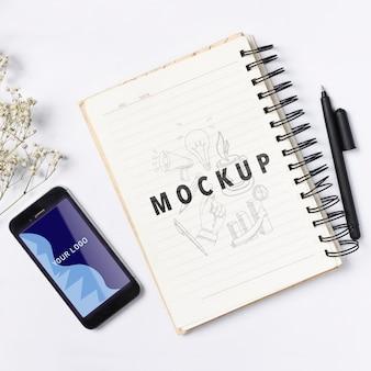 Maqueta de teléfono y cuaderno para notas