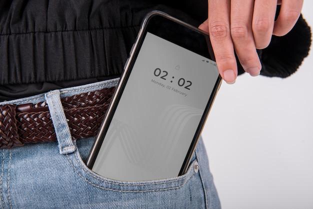 Maqueta de teléfono inteligente en el bolsillo de los jeans