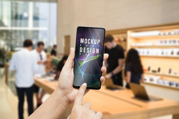 Maqueta de teléfono inteligente en la moderna tienda de ti y gadgets