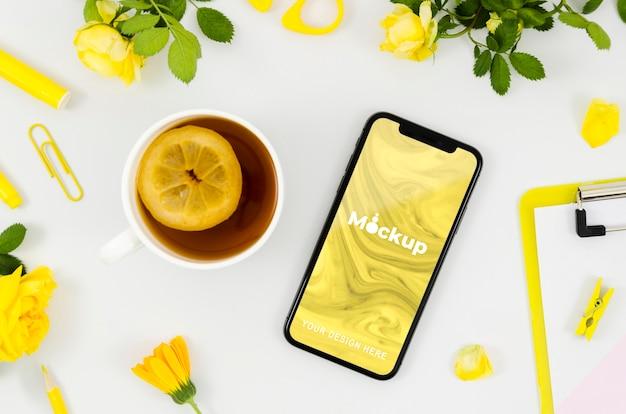 Maqueta de teléfono inteligente de vista superior con té