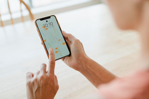 Maqueta de teléfono con manos sosteniendo
