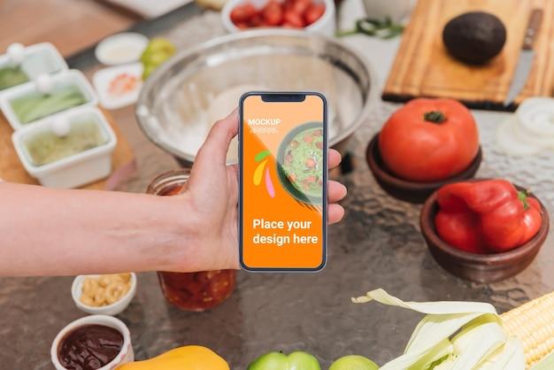 Maqueta de teléfono móvil de alta vista y comida saludable