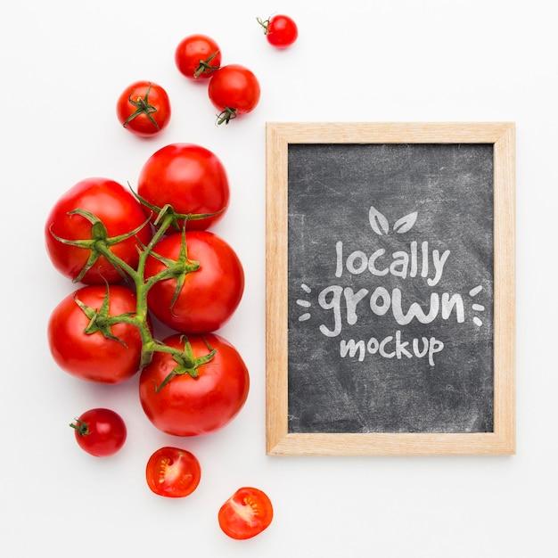 Maqueta de tomates cultivados localmente