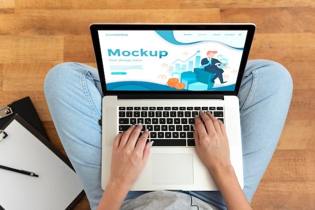 Maqueta de trabajo remoto en una computadora portátil en el piso