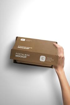 Maqueta vertical mano apertura caja postal con tapa primer plano