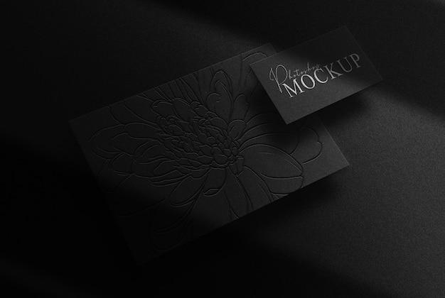 Maqueta de vista en perspectiva de tarjeta de visita y papel en relieve plateado de lujo