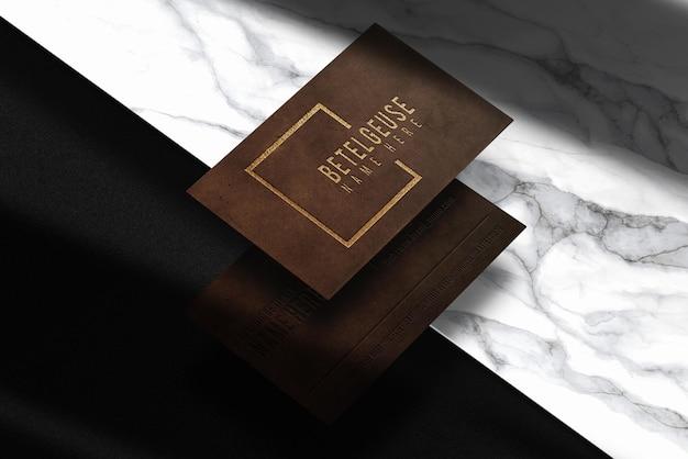Maqueta de vista en perspectiva de tarjeta de visita en relieve de cuero de lujo