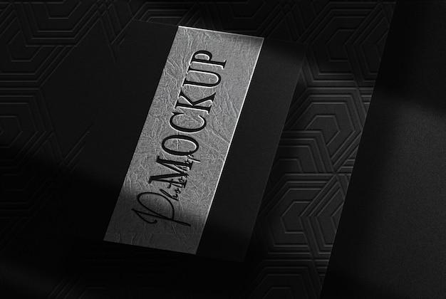 Maqueta de vista en perspectiva de tarjeta de visita única en relieve de placa de plata de lujo