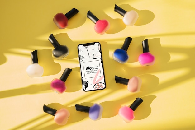 Maqueta de vista superior con esmalte de uñas y sombras PSD gratuito