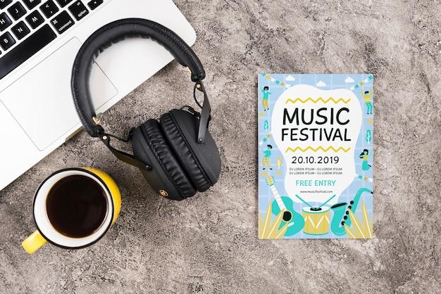 Maquetas de auriculares para música en el escritorio