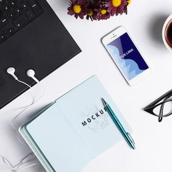 Maquetas de dispositivos de tecnología moderna en la oficina