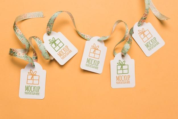 Maquetas de etiquetas de regalo de cumpleaños con cintas florales