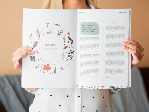 Maquetas de manos mostrando páginas de un bock