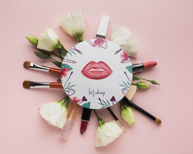 Maquetas de pinceles de maquillaje y lápiz labial
