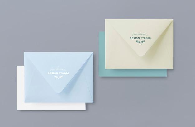 Maquetas de sobres cerrados con tarjetas de invitación.