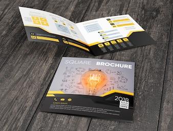 Maquete de brochura quadrado na superfície de madeira