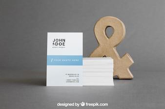 Maquete de cartão com pilha na frente de e comercial