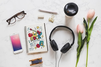 Maquete de música com fones de ouvido e vários objetos
