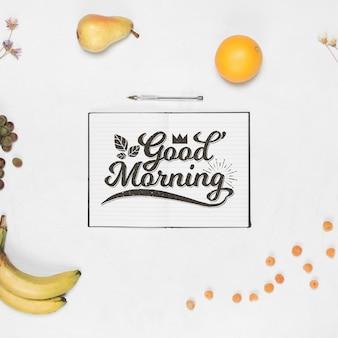 Maquete de notebook aberto com conceito de pequeno-almoço