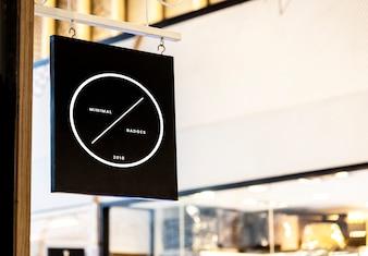 Maquete de sinal preto fora de uma loja