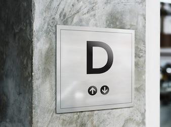 Maquete de tabuleta em uma parede de estilo industrial