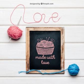 Maquete de tricô e amor com ardósia