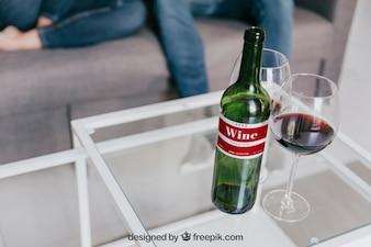 Maquete de vinho com casal no sofá