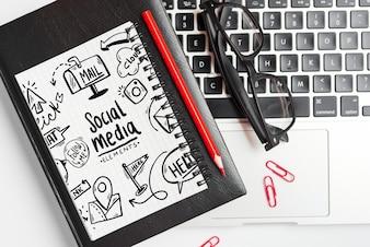 Maquete do bloco de notas com elementos de escritório
