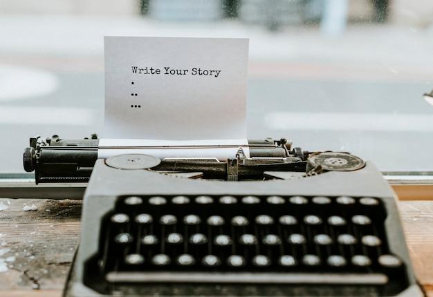 Máquina de escribir retro con un trozo de papel.