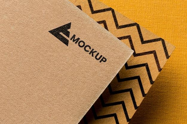 Marca comercial en la composición de la maqueta de la tarjeta