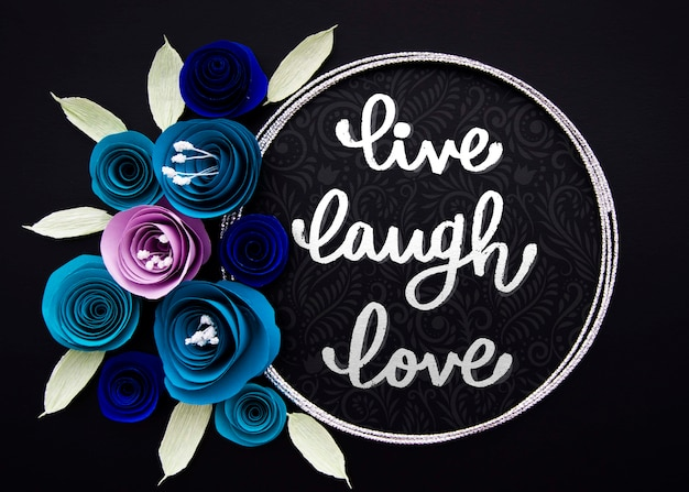 Marco artístico de flores con cita inspiradora